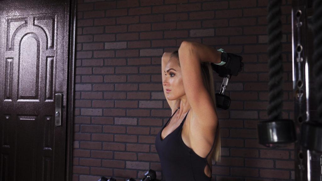 上腕三頭筋を鍛え筋肉をつける効果のあるダンベル筋力トレメニュー&動作とやり方