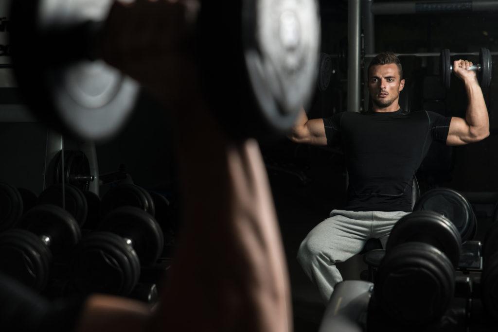 肩の筋肉を鍛える効果的なダンベルトレーニングメニュー&動作とやり方