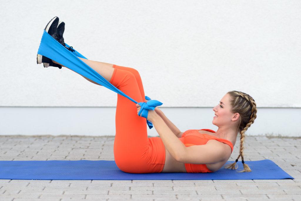 筋トレ用チューブを使いクランチを3ステップで腹直筋を自宅で鍛えるトレーニング方法