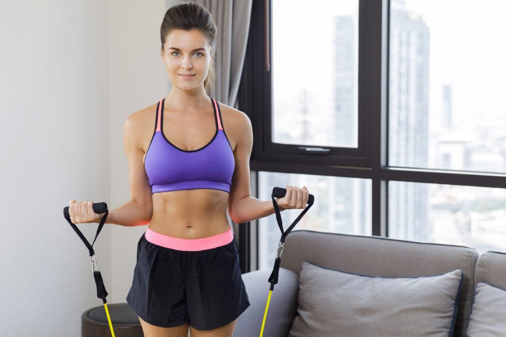 筋トレ用チューブで腹筋を自宅で鍛える4つのトレーニング方法